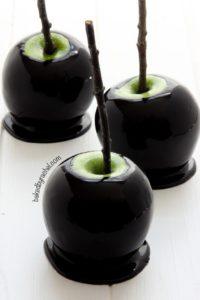 spooky-halloween-dessert-ideas-black-caramel-apples